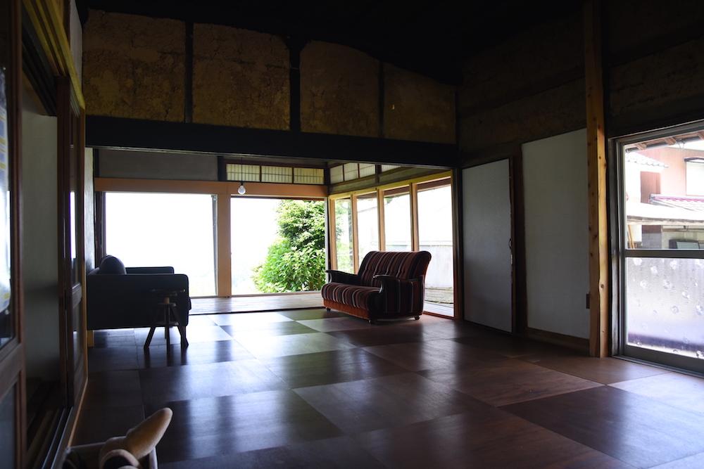 """九州の各大学から集まった8名の学生とともにDIYで仕上げた空間。西塔さんにとっては2軒目のDIY(1軒目は""""村長""""(愛犬の名前)の家!)にも関わらず、独学で学生の指導にあたりました。"""