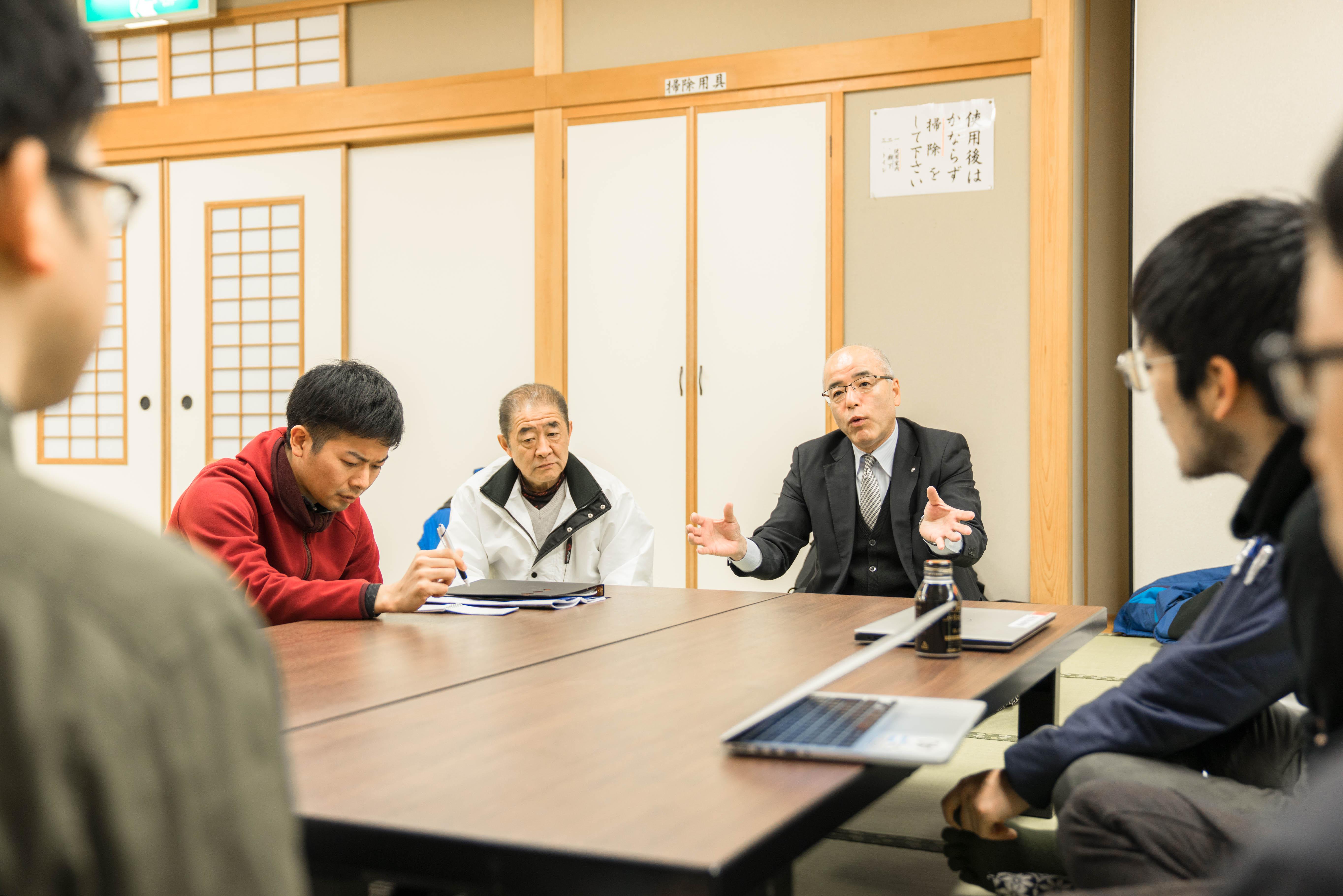 写真中央右が村長兼森林組合長の大久保憲一さん、その左が根羽村森林組合の専務理事・鈴木吉明さん。