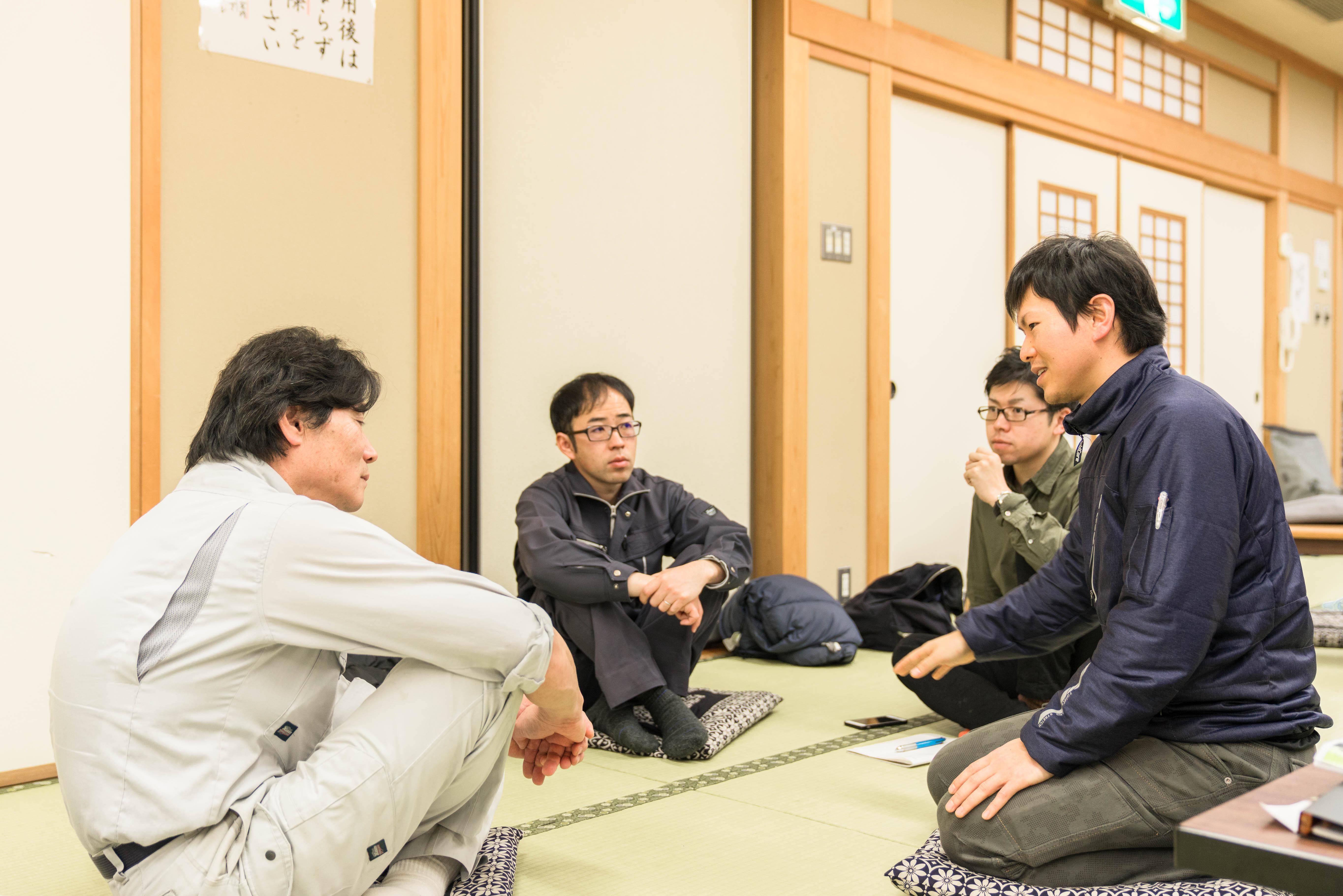 今村さん(写真左)と大久保さん(写真中央)に細かい質問も飛び交う。