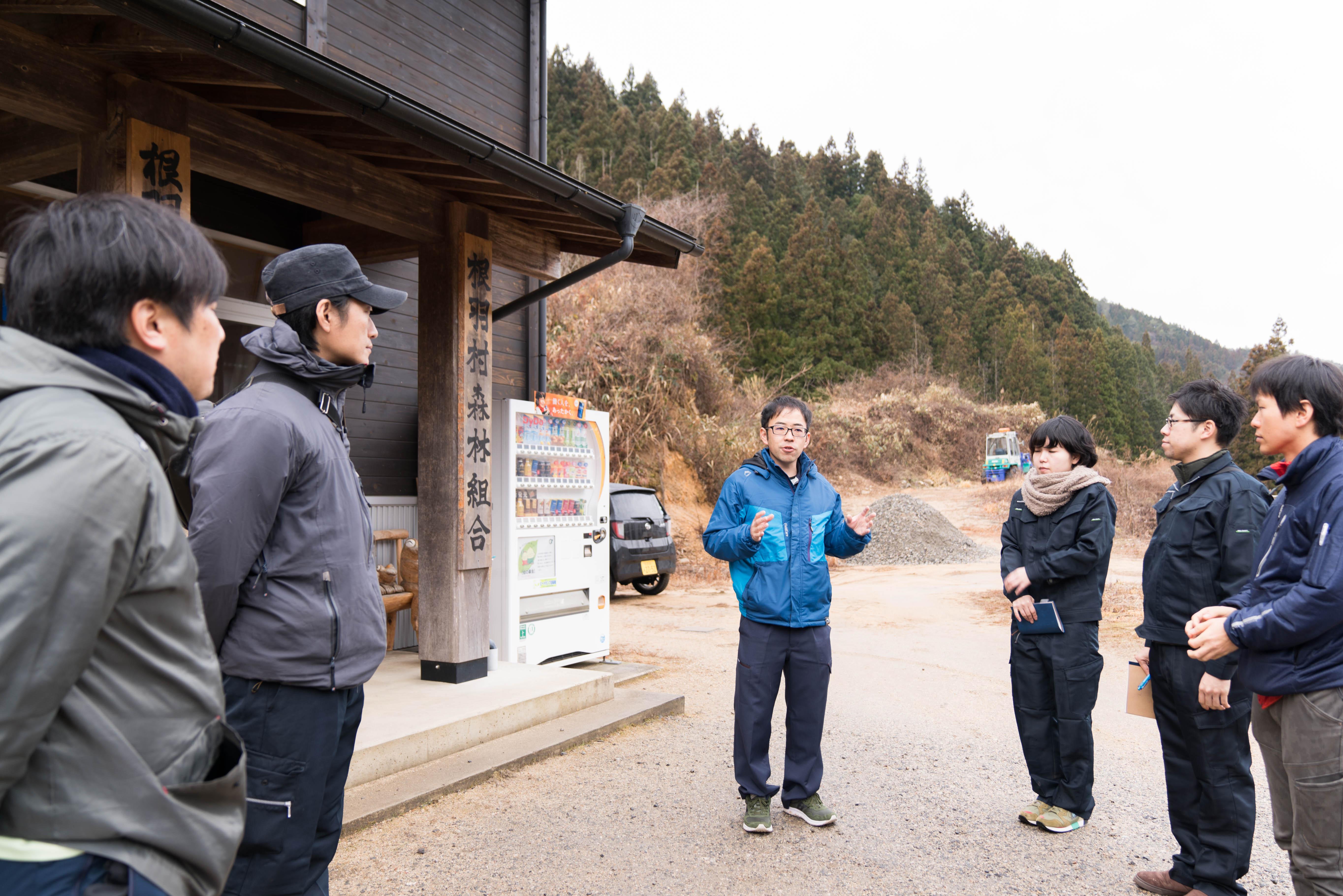 写真中央は、根羽村森林組合 総務課の大久保裕貴さん。