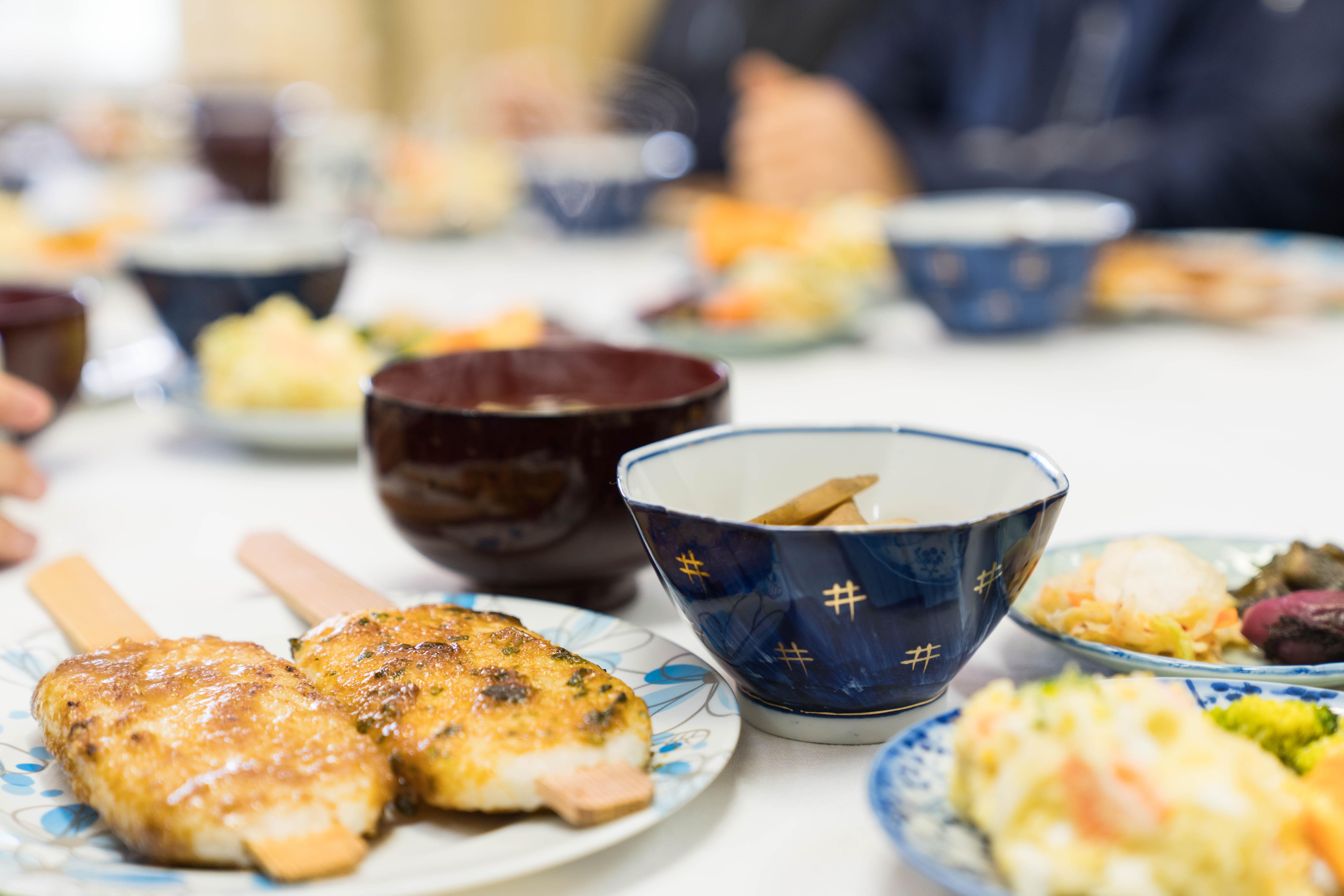 お昼ご飯にいただいた、根羽村の五平餅。根羽村の農家の女性でつくる農事組合法人「杉っ子」が、旧保育所の調理場を拠点に店舗を開店。「杉っ子」の会員は約15人で、平均年齢はなんと70歳なのだとか。